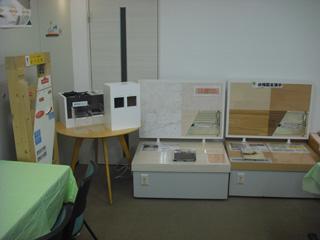 床材、体感できる床暖房のサンプルなどを展示